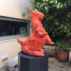 Hund, 2015, Glazed ceramic, 95 x 85 x 37 cm, Pedestal: 100 x 62,4 x 65,1 cm