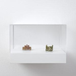 Christiane LÖHR, Kleines Oval (Little Oval) & Kleines Stufenform (Little Stepform), 2019, Plant stalks 4 x 4,5 x 3,5 cm & 4 x 5 x 5 cm (In Plexiglas vitrine: 22 x 32 x 24 cm)